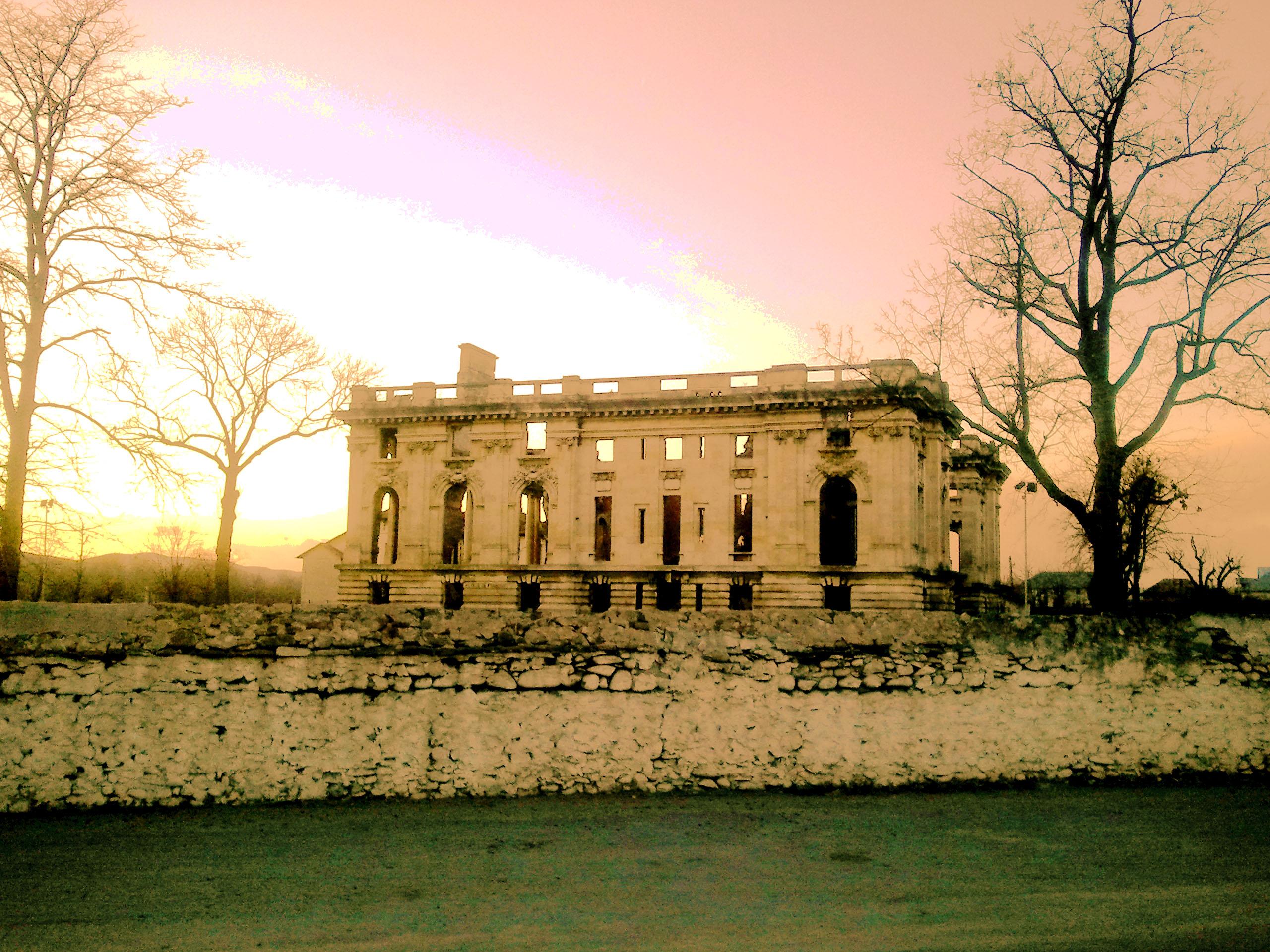 """Ruinele Castelului """"Micul Trianon"""" din Floreşti (România – o fotografie şi o poveste / 36)"""