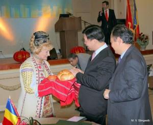 Cunoscuta interpreta Lia Lungu primind delegatia chineza in cel mai traditional mod romanesc: cu paine si sare.