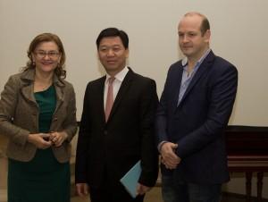 Maria Grapini, europarlamentar, de Yao Weizhi, Directorul adjunct al Departamentului de Afaceri Externe al Shenzhen si Tiberiu Haliţă – Departamentul de Consultanţă şi Promovare Afaceri al Casei Româno-Chineze