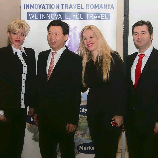 Reprezentantii Innovation Travel (Cristina Baciu, Raluca Repanovici si Traian Badulescu) alaturi de Yao Weizhi, Directorul adjunct al Departamentului de Afaceri Externe al Shenzhen.