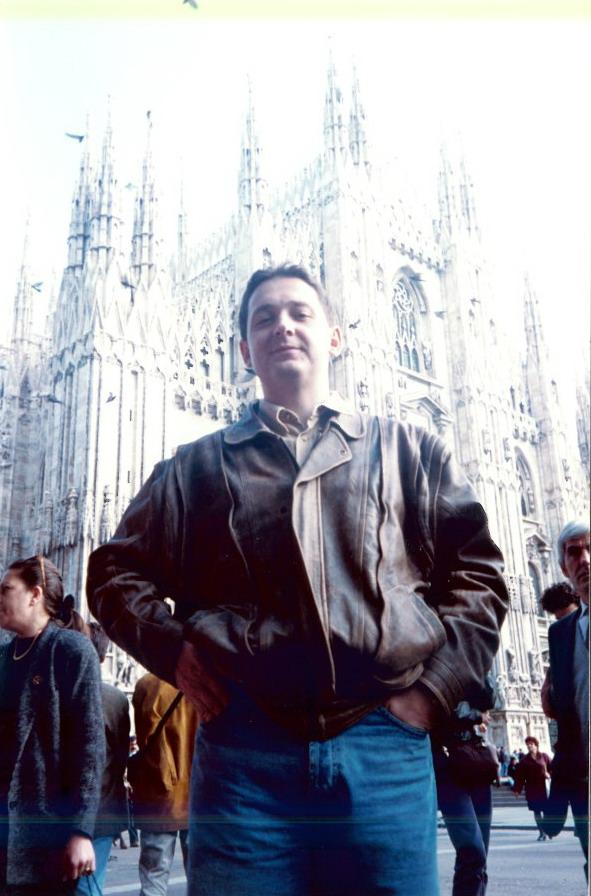 De data asta fără costum... Atunci românii preferau străzile din Milano, nu plajele din Rimini. Doreau să viziteze cât mai mult, pentru că, din păcate, nu aveau bani de shopping...