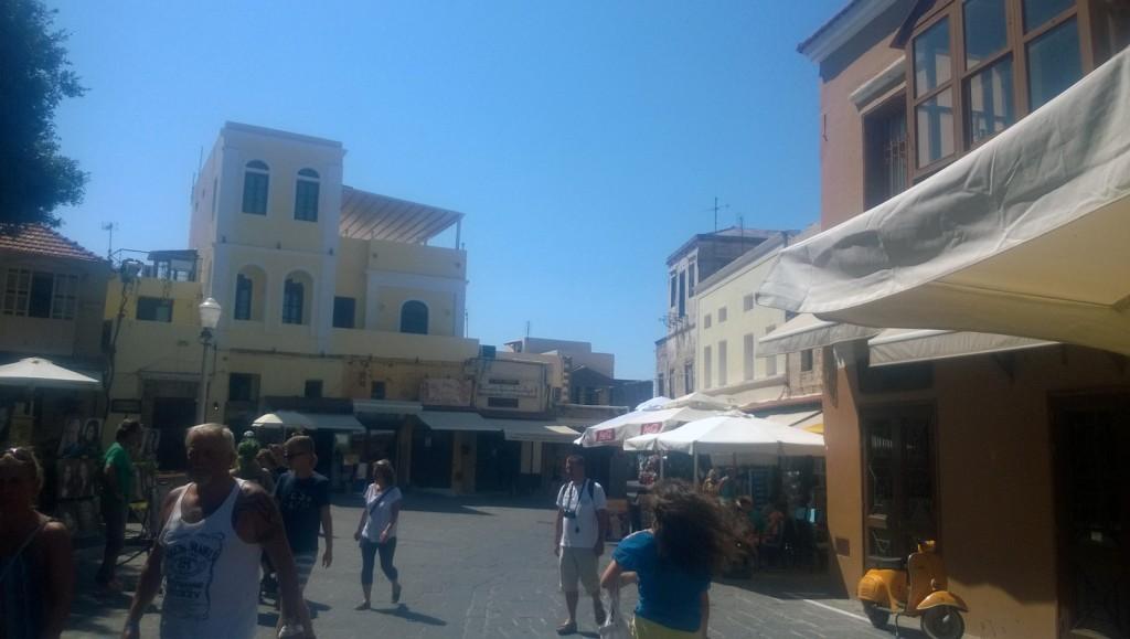Oraşul vechi Rhodos, plin de turişti zâmbitori.