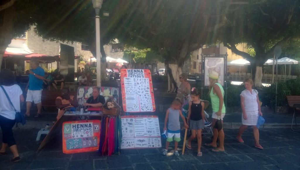 Turişti mulţi în oraşul vechi Rhodos
