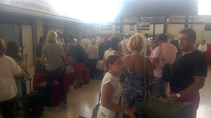 Mulţi turişti români la check-in, în Kos.