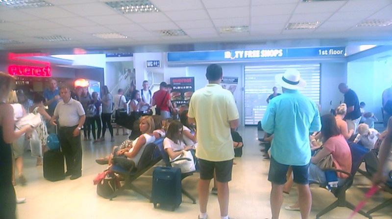 Aceiaşi turişti români la îmbarcare.