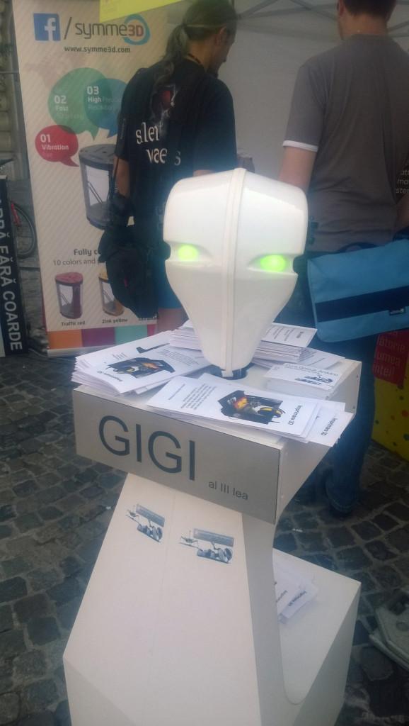 Curiosul robot GIGI, care te urmărea mereu cu privirea...