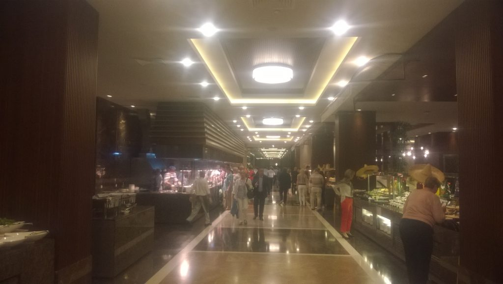 Un restaurant imens la Regnum Calya din Belek. Nu am măsurat sala, dar cred că are mult peste 100 de metri lungime.
